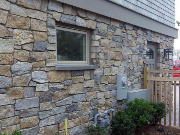 Boston Blend Ashlar Thin Veneer Stone on a home exterior