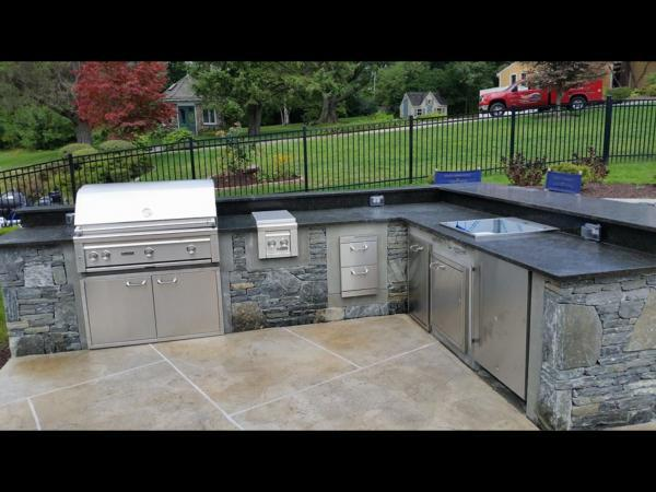 Outdoor kitchen with Connecticut Whiteline Ledgestone and Mosaic thin veneer natural stone